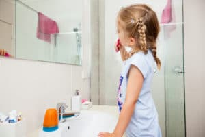 Ways This Natural Cleaning Solution Keeps Bathrooms Squeaky Clean - How to clean bathroom mirror